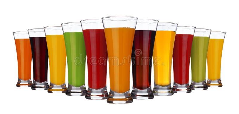 Concetto del succo di frutta, vetri dei succhi differenti della frutta e verdure isolate su fondo bianco fotografia stock libera da diritti