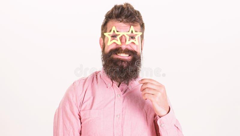 Concetto del superstar I pantaloni a vita bassa con la barba ed i baffi sul sorridere allegro affrontano la posa con i vetri a fo fotografia stock libera da diritti