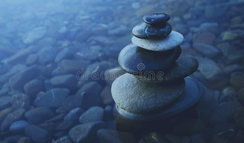 Concetto dell'acqua di Zen Balance Rocks Pebbles Covered immagine stock