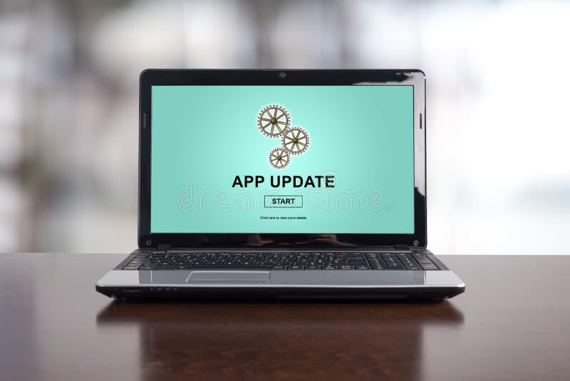 Concetto dell'aggiornamento di applicazione su un computer portatile fotografie stock