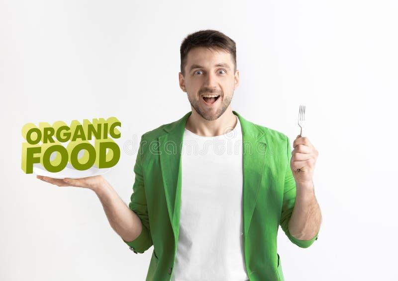 Concetto dell'alimento Di modello tenendo un piatto con le lettere di alimento biologico immagine stock libera da diritti