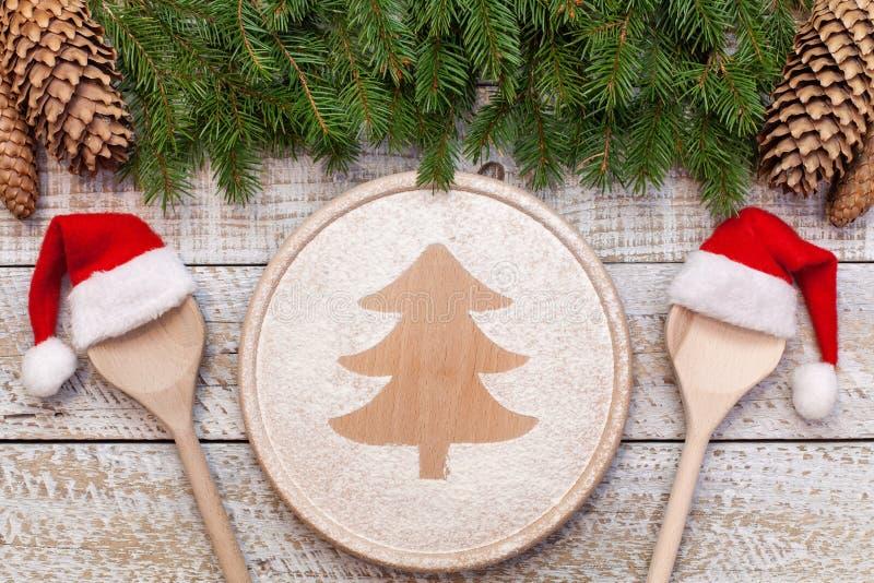 Concetto dell'alimento di Natale - con l'albero di natale che assorbe farina fotografia stock libera da diritti