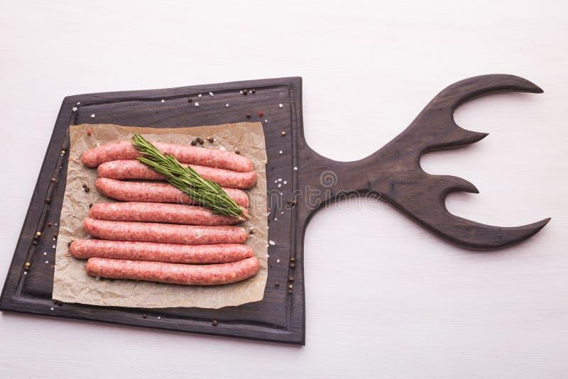 Concetto dell'alimento - salsiccia cruda tradizionale della carne di cavallo, vista superiore fotografia stock
