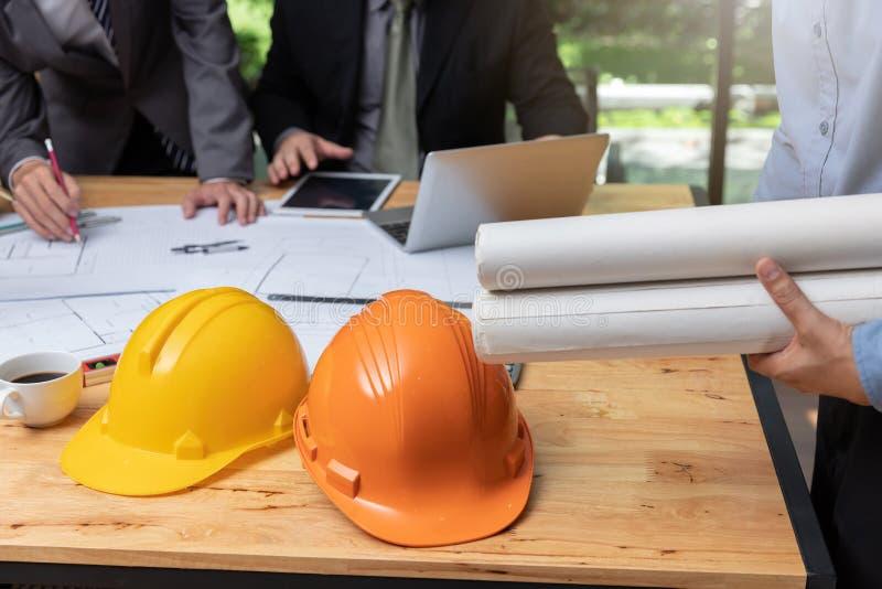 Concetto dell'architetto e dell'ingegnere, ingegnere Architects e gruppo dell'ufficio dell'agente immobiliare che lavora con i mo fotografia stock