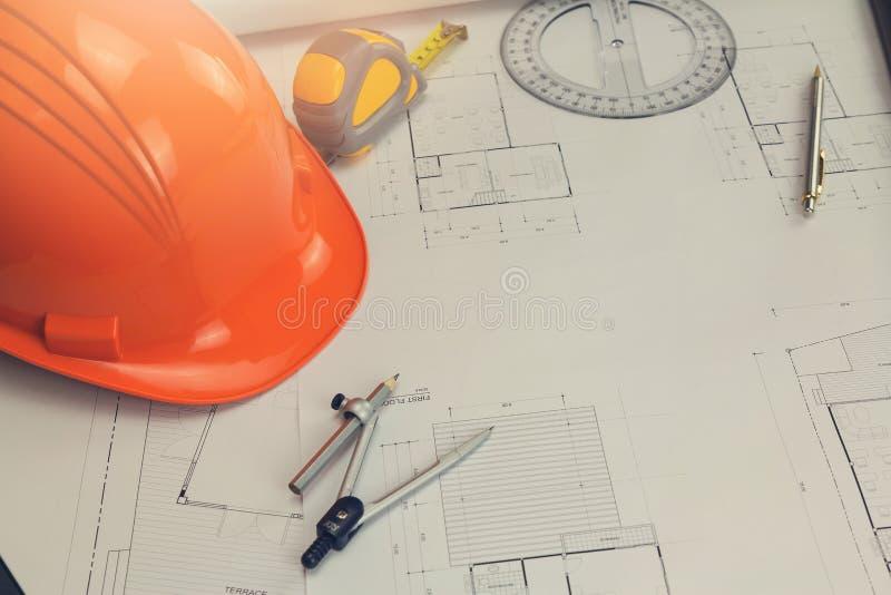Concetto dell'architetto e dell'ingegnere, gruppo dell'ufficio di Architects dell'ingegnere che lavora con i modelli immagine stock libera da diritti