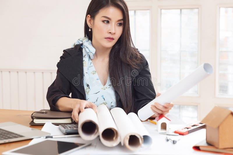 Concetto dell'architetto e dell'ingegnere, gruppo dell'ufficio di Architects dell'ingegnere che lavora con i modelli immagine stock