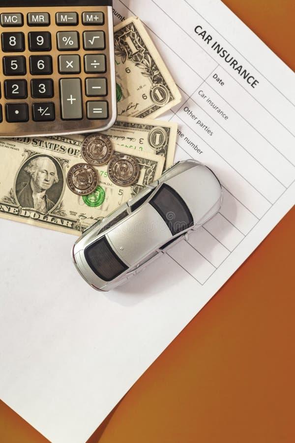 Concetto dell'assicurazione auto Assicurazione in bianco con l'automobile ed il calcolatore del giocattolo fotografie stock