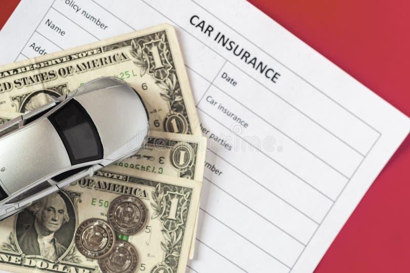 Concetto dell'assicurazione auto Assicurazione in bianco con l'automobile ed il calcolatore del giocattolo fotografia stock