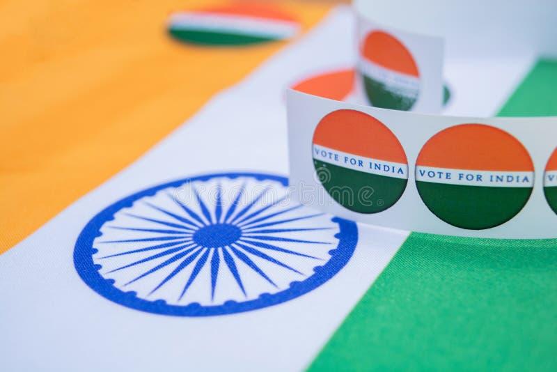 Concetto dell'elezione indiana, autoadesivi che mostrano voto per la migliore India sulla bandiera indiana immagini stock libere da diritti