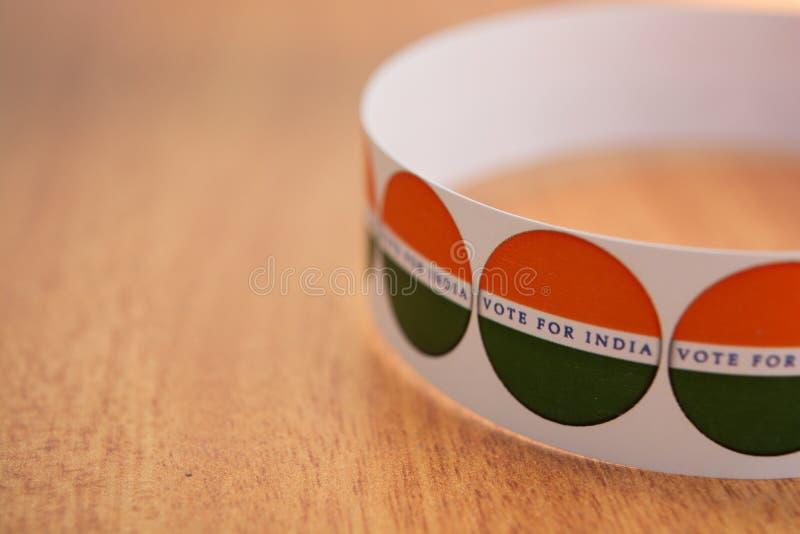 Concetto dell'elezione indiana, autoadesivi che mostrano voto per la migliore India sulla tavola immagine stock