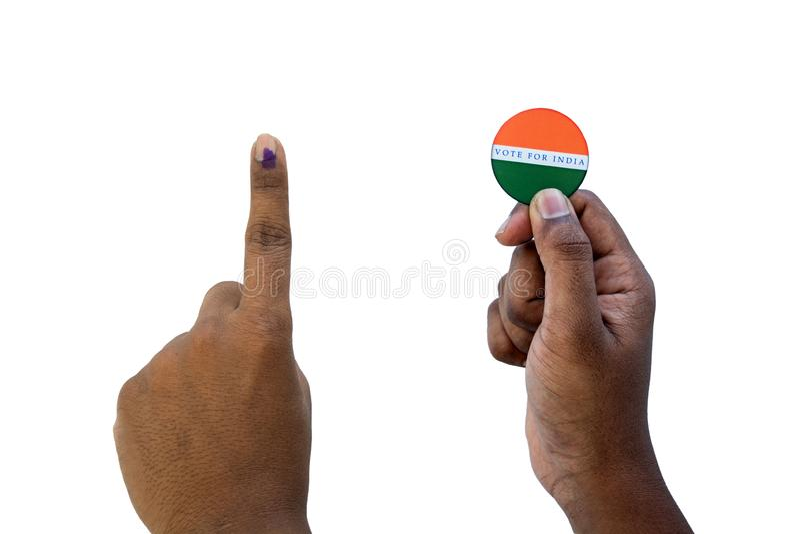 Concetto dell'elezione indiana, tenente autoadesivo del voto per il migliore indiano su fondo isolato immagine stock