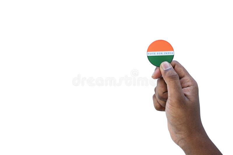 Concetto dell'elezione indiana, tenente autoadesivo del voto per il migliore indiano su fondo isolato fotografia stock libera da diritti