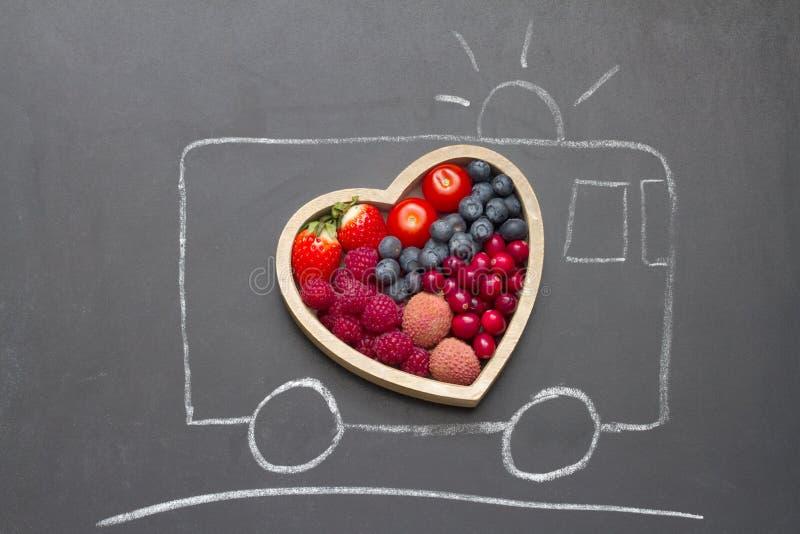Concetto dell'estratto del cuore di dieta di salute con l'ambulanza di salvataggio sulla lavagna fotografie stock libere da diritti