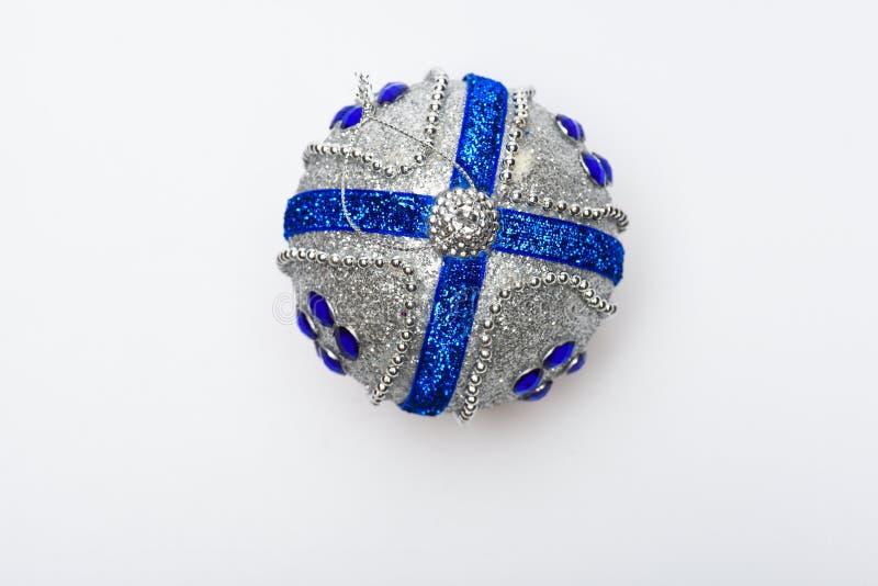 Concetto dell'ornamento Decorazione festiva per l'albero di Natale, palla d'argento con i cristalli di rocca blu, isolati su fond fotografia stock