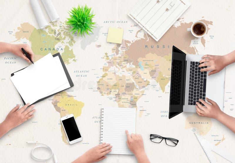 Concetto dell'ufficio dell'agenzia di viaggi Lavoro della gente con le carte e un computer immagini stock
