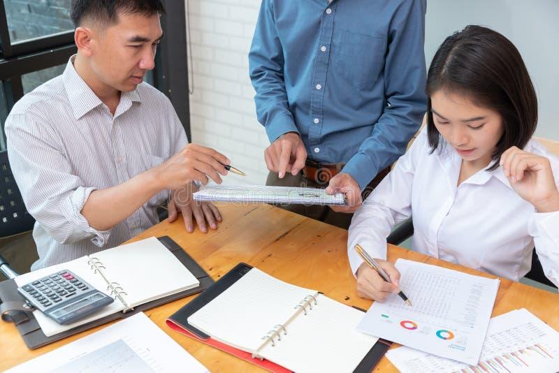 Concetto dell'ufficio che lavora, lavoro di squadra di finanza e di affari degli uomini d'affari che discutono piano dell'attivit fotografia stock
