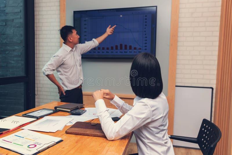 Concetto dell'ufficio che lavora, lavoro di squadra di finanza e di affari degli uomini d'affari che discutono piano dell'attivit fotografie stock