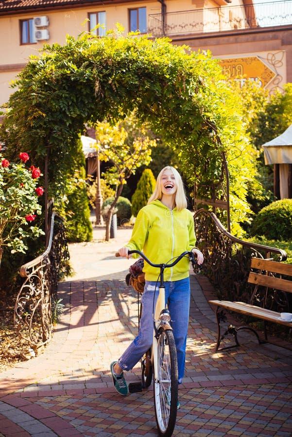 Concetto della bici della bicicletta Primavera o stagione estiva Giovane donna bionda in sosta Ragazza libera e felice dell'adole immagini stock