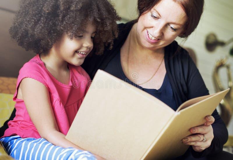 Concetto della camera da letto del libro di lettura della figlia dei bambini della famiglia - Camera da letto del papa ...