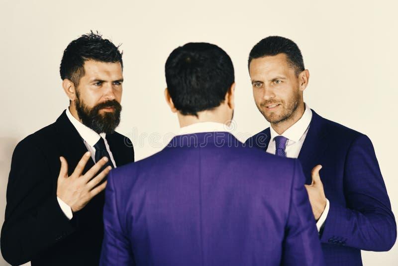 Concetto della concorrenza e di carriera Gli uomini con la barba ed i fronti convincenti discutono l'affare I CEi hanno la disput fotografia stock