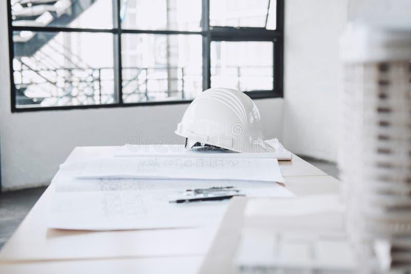Concetto della costruzione, oggetto dell'architetto o ingegnere che lavora le FO immagini stock libere da diritti
