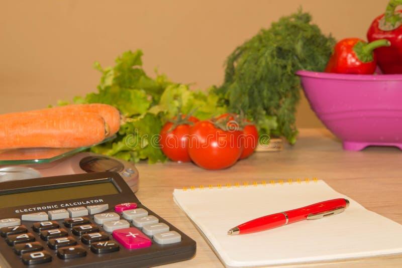 Concetto della dieta Dieta ipocalorica delle verdure Dieta per perdita di peso Nastro e verdure di misurazione sulla tavola fotografie stock