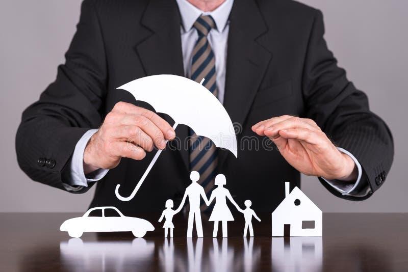 Concetto della famiglia, della casa e dell'assicurazione auto immagine stock