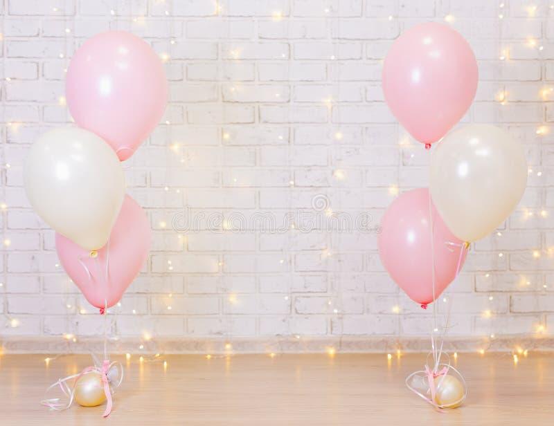 Concetto della festa di compleanno - fondo del muro di mattoni con le luci e la b immagine stock libera da diritti