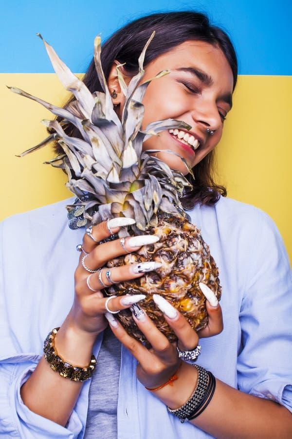 Concetto della gente di stile di vita la giovane ragazza indiana sorridente graziosa con l'ananas, l'estate asiatica fruttifica immagine stock libera da diritti