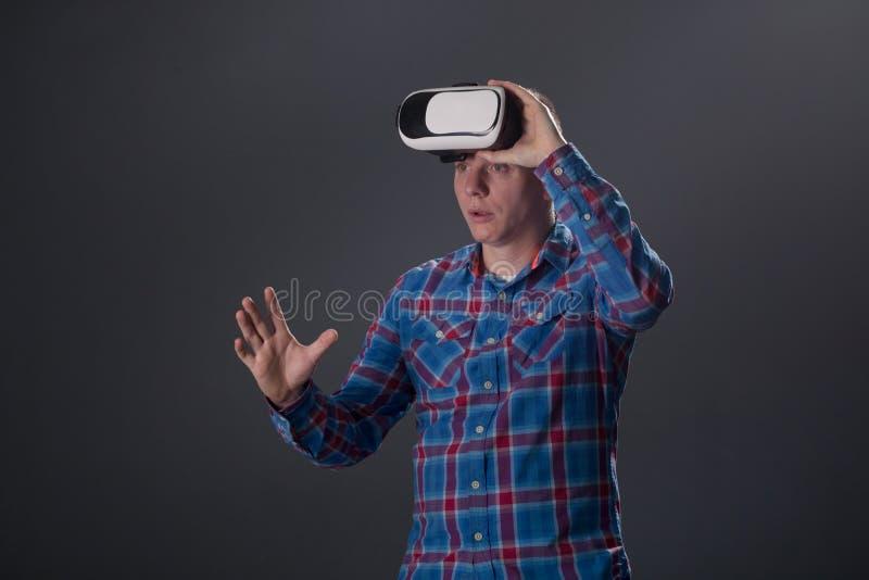 Concetto della gente e del Cyberspace - uomo con il headse di realtà virtuale fotografia stock