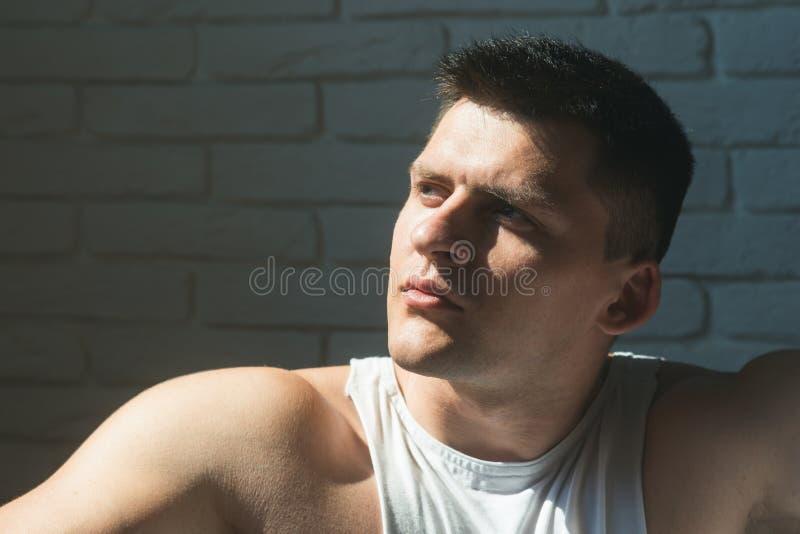 Concetto della gioventù, dello skincare e governare Uomo con il giovane fronte Macho con i capelli o il taglio di capelli di scar immagine stock