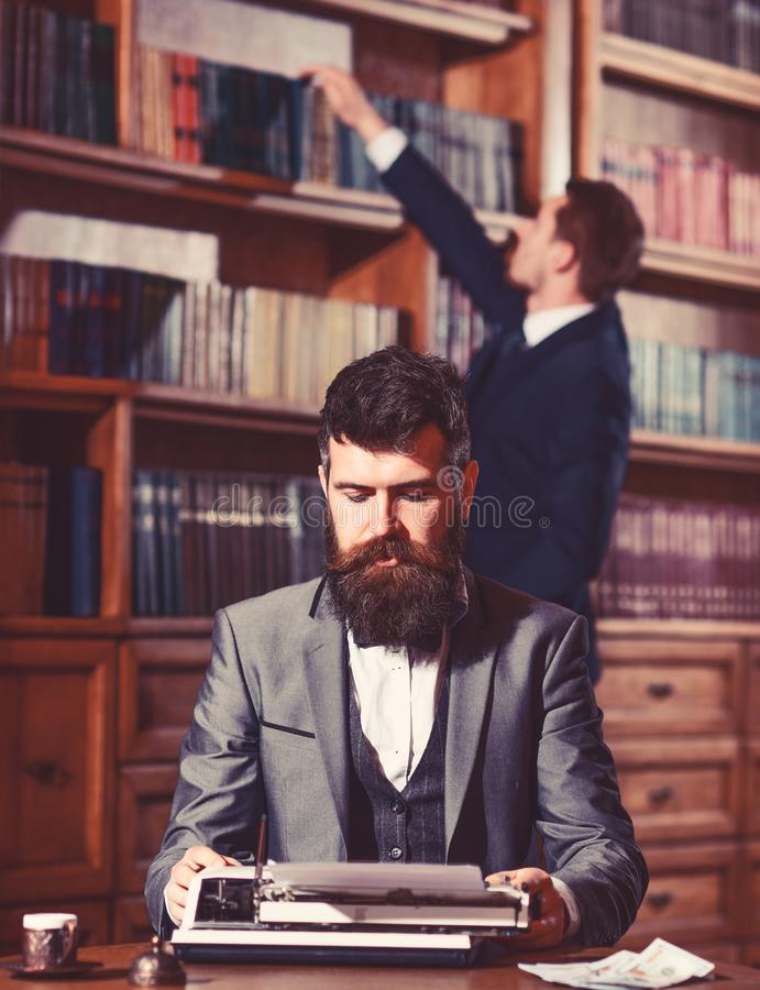 Concetto della letteratura e di scrittura Uomo con la barba ed il fronte occupato immagini stock