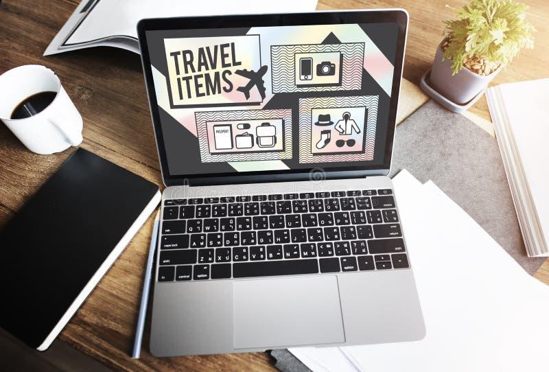 Concetto della lista della preparazione degli accessori degli oggetti di viaggio fotografia stock libera da diritti