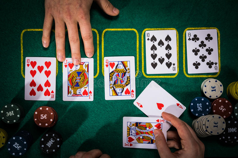 Concetto della mazza con le carte sulla tavola verde categorie del A mano posto: Vampata reale immagine stock libera da diritti