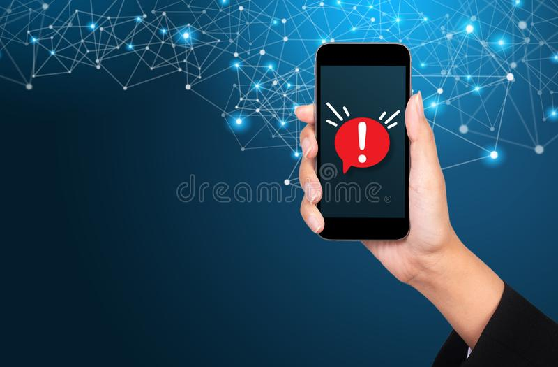 Concetto della notifica di malware o errore in telefono cellulare fotografia stock libera da diritti