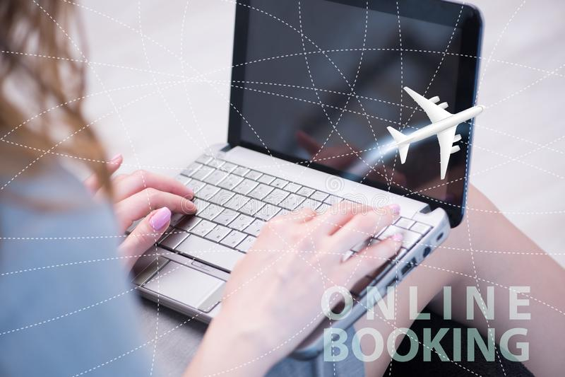 Concetto della prenotazione online di viaggio æreo fotografie stock libere da diritti