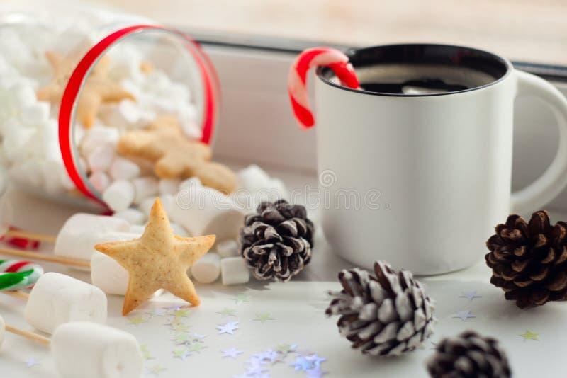 Concetto della preparazione del nuovo anno Fondo di Christmass con il pane dello zenzero, tazza di caffè, canna csndy di natale r immagine stock libera da diritti