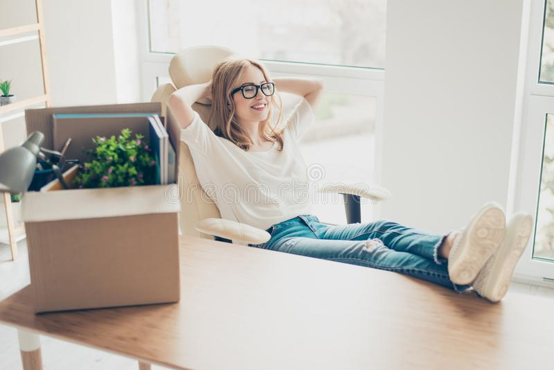 Concetto della promozione sul lavoro Giovane seduta sorridente sveglia della donna immagine stock libera da diritti