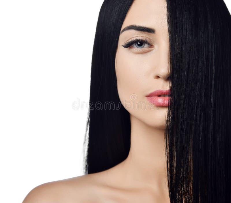 Concetto della pubblicit? Chiuda su della donna con le spalle nude castane con la metà del suo fronte schermato con i suoi capell fotografia stock libera da diritti