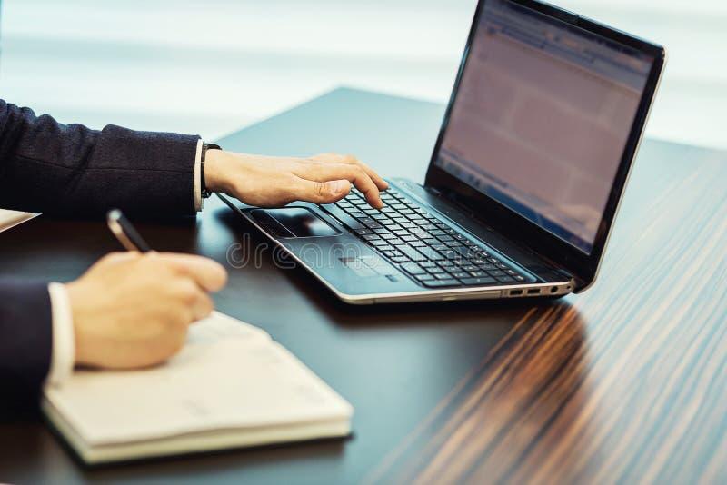Concetto della rete di Working Laptop Connecting dell'uomo d'affari, affare immagine stock libera da diritti