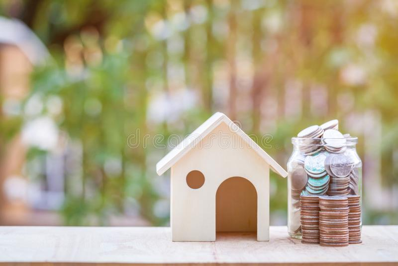 Concetto della scala di ipoteca, di risparmio e della proprietà immagini stock