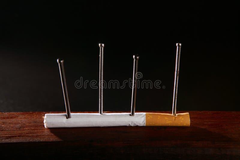 Concetto della sigaretta di aggiunta del tabacco del nicotina immagine stock