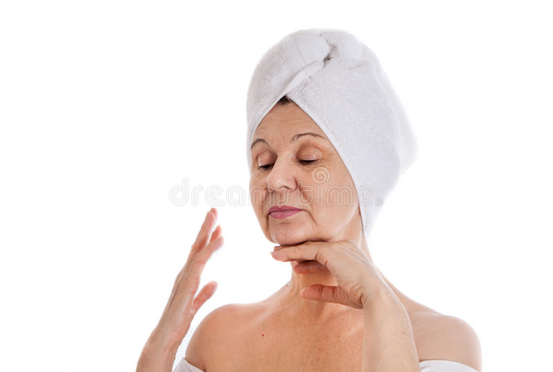 Concetto della stazione termale Bella donna invecchiata con l'asciugamano bianco sulla sua testa immagine stock