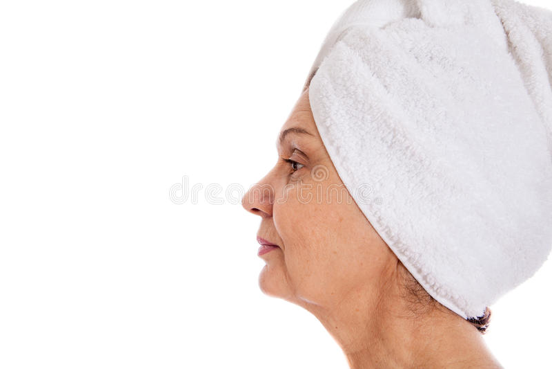Concetto della stazione termale Bella donna invecchiata con l'asciugamano bianco sulla sua testa fotografia stock libera da diritti