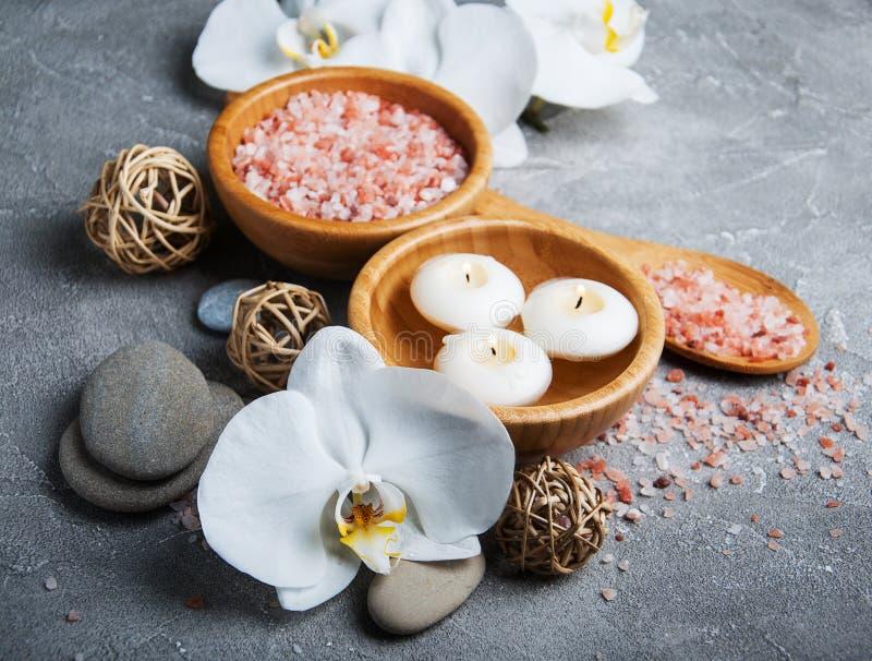 Concetto della stazione termale con le orchidee bianche fotografia stock libera da diritti