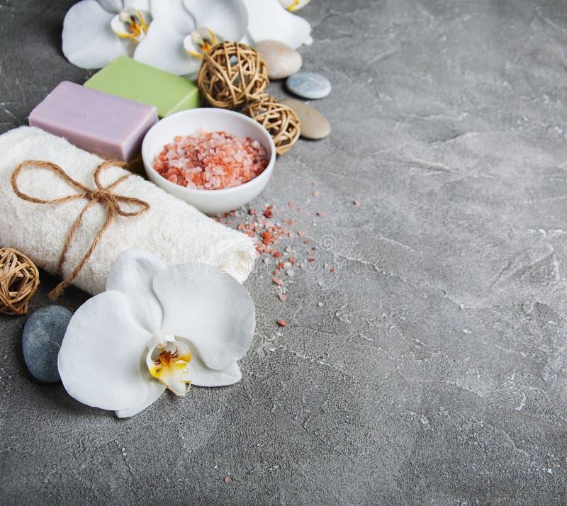 Concetto della stazione termale con le orchidee bianche immagini stock libere da diritti