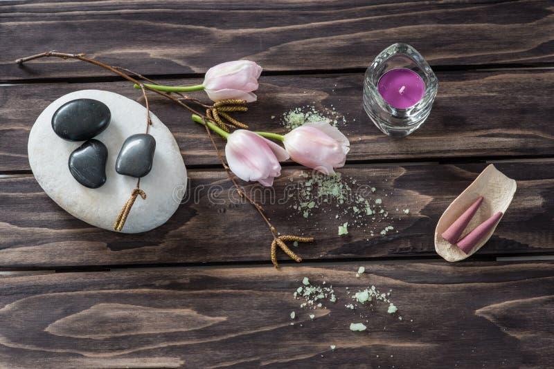 Concetto della stazione termale fiori, candele, sale aromatico immagini stock