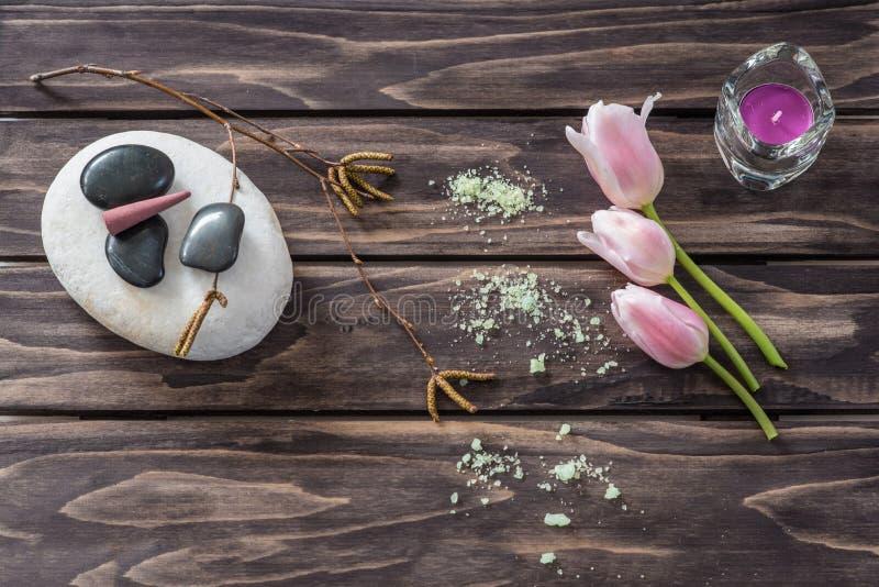Concetto della stazione termale fiori, candele, sale aromatico fotografia stock