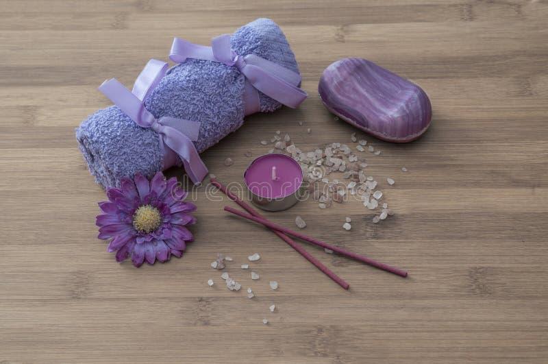 Concetto della stazione termale fiori, candele, sale aromatico, sapone fotografia stock
