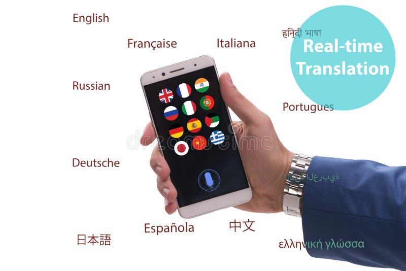 Concetto della traduzione in tempo reale con il app dello smartphone immagini stock libere da diritti